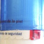Etiqueta autoadhesiva con microcortes tipo cremallera, evidencian la apertura.