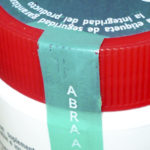 ZAPPYvoid, ante el intento de remoción de esta etiqueta, se transfiere una parte del material al envase o superficie sobre la que se aplicó, y en la película removida queda calado sin posibilidad de reparación de la misma. En este caso se complementa con cortes de seguridad
