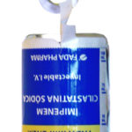 Etiqueta colgante, con material y troquelado especial que resiste el peso del envase.