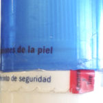 Etiqueta autoadhesiva con microcortes tipo cremallera, evidencian la apertura