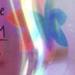 Etiqueta termocontraíble impresa en material iridiscente transparente, que le otorga un efecto y brillo especial al producto. Material con colores vivos y cambiantes en diferentes ángulos. Permite decorar un envase o bien hacer agrupados promocionales sin perder la imagen que quiere transmitir el producto.